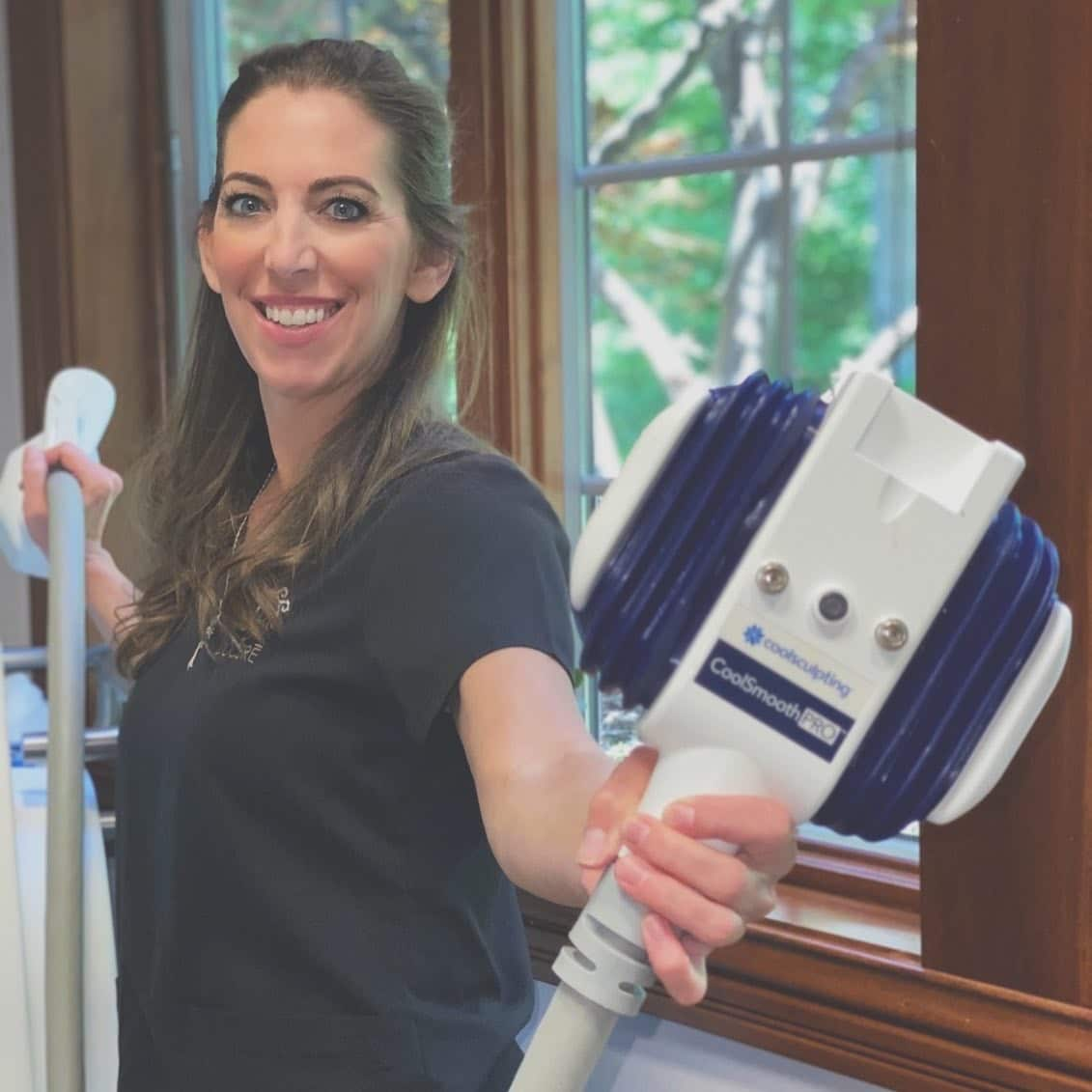 Staff member at Docere holding the coolsculpting
